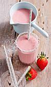 Cremiger Erdbeer-Kokos-Shake mit Strohhalm