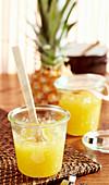 Ananaskonfitüre im Glas mit Kokoslikör