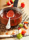 Sommerliche Erdbeer-Melonen-Konfitüre im antiken Kupfertopf
