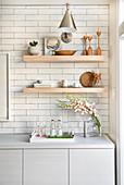 Offenes Holzregal in der Küche mit weißen U-Bahn-Fliesen