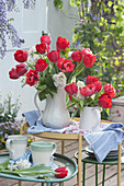 Frühlingssträuße mit Tulpen und weißem Flieder