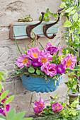 Frühsommer Strauß aus Rosen, Flockenblumen und Gräsern in emaillierter Backform aufgehängt