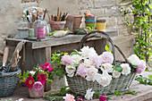 Kleiner Strauß und Korb mit frisch geschnittenen Rosenblüten