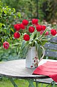Strauß aus roten Tulpen im Krug