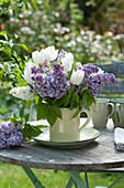 Duftstrauß aus Flieder und weißen Tulpen