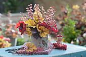 Strauß aus Blättern und Blüten von Purpurglöckchen