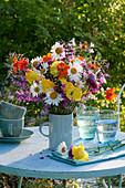 Frühsommerstrauß aus Margeriten, Trollblumen, Nelkenwurz, Wiesensalbei und Witwenblume