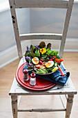 Blattsalat mit Gemüse, Essblüten und pochiertem Ei