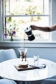 Zubereitung von Kaffee mit Chemex-Kaffeekaraffe
