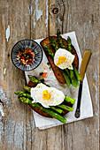 Dunkles Röstbrot mit grünem Spargel und pochiertem Ei