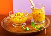 Eingemachte Mangosalsa mit frischer Minze im Glas