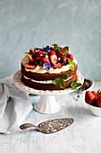 Blondie-Schichttorte mit frischen Erdbeeren und Essblüten