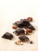 Dunkle Schokolade mit Mandeln