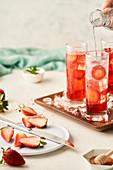 Sommergetränk mit Erdbeeren und Mineralwasser