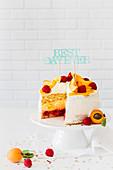 Pfirsich-Himbeer-Torte zum Geburtstag, angeschnitten