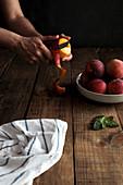Einen gelben Pfirsich schälen