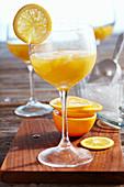 Alkoholfreier Cocktail (Mocktail) mit Ananas, Orange, Zitrone und Apfel