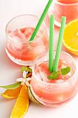 Alkoholfreier Florida Cocktail mit Orange, Ananas, Zitrone und Grenadine
