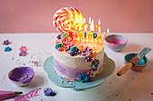 Geburtstagstorte mit Lolli und Kerzen