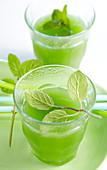 Grüne Ananas-Minz-Limonade in kleinen Gläsern
