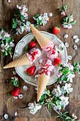Ice cream with strawberries and mascarpone