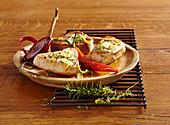 Gegrillte Thunfischsteaks in Zitronen-Kräuter-Marinade mit roter Zwiebel und Peperoni