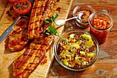 Gegrillte Schweinebauchscheiben mit Kartoffelsalat im Einmachglas, Gewürzmischung und BBQ-Sauce