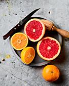 Frisch geschnittene Orangen und Grapefruit zum Auspressen