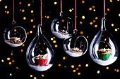 Indische Gewürz-Cupcakes in Glaskugeln zu Weihnachten