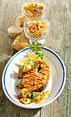Scharf mariniertes Lachssteak vom Grill mit Papayasalat und Bratkartoffeln