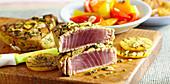 Kräuter-Thunfisch mit Kartoffeln vom Grill und marinierter Paprika