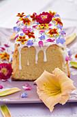 Kuchen mit essbaren Blüten