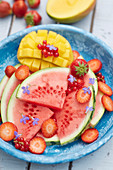 Obstteller mit Mango, Wassermelone und Erdbeeren