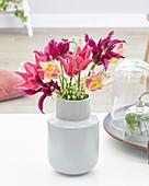 Strauß aus lilienblütigen Tulpen und Blüten von Giersch