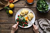 Eggs Benedict auf Brot mit Spinat auf Teller