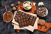 Schokoladentafeln, Kakaopulver, Kakaobutter und Kakaobohnen