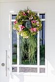 Türkranz mit Rosen und Gräsern an Haustüre