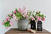 Blühende Rosenzweige als Strauß in der Vase