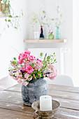 Strauß mit Rosen und Hortensienblüten auf dem Tisch