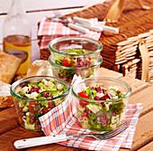 Salami-Käse-Salat zum Mitnehmen fürs Picknick