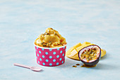 Vegane Pfirsich-Mango-Nicecream mit Passionsfrucht im Becher