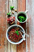 Schokoladengranola mit Granatapfelkernen dazu Minztee