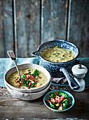 Lauch-Butterbohnen-Suppe mit knusprigem Grünkohl und Speck