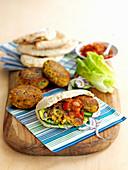 Gefülltes Pitabrot mit Falafel, Gemüse und Gemüsesauce