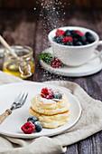 Japanische Souffle Pancakes mit Beeren, Puderzucker und Honig