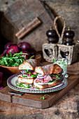 Roastbeef-Sandwiches mit Rucola und roten Zwiebeln