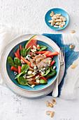 Hähnchensalat mit Wassermelone, Gorgonzola, Mandeln und Babyspinat