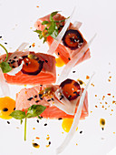 Marinated salmon with sesame seeds, fennel and carrots