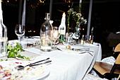 Gedeckter Tisch für den Hochzeitsempfang