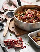 Fleischeintopf mit Bohnen und Granatapfel